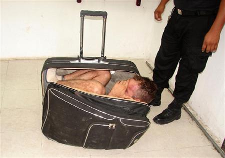 緊張…スーツケースで脱獄、失敗