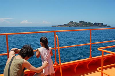 海上から見た軍艦島01