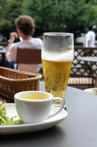 上野公園のテラスでビール