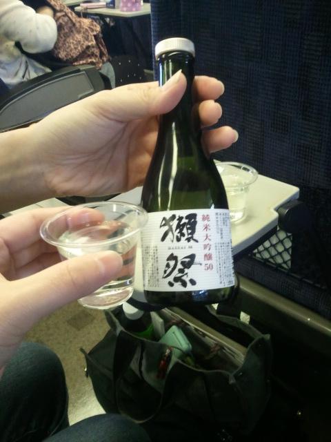 行きの新幹線でも飲む友人(ちょっともらった
