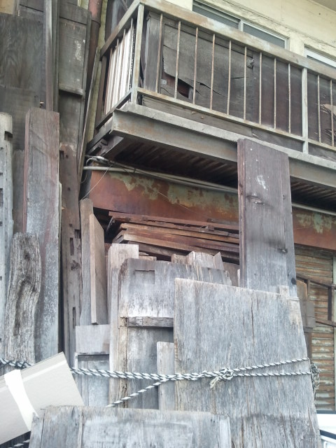 高架下は、表道路と裏側で見た目が違う。これは裏。