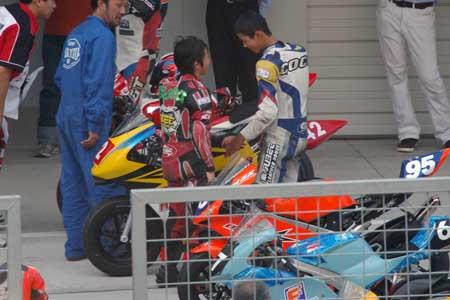 レース後握手を交わす両選手