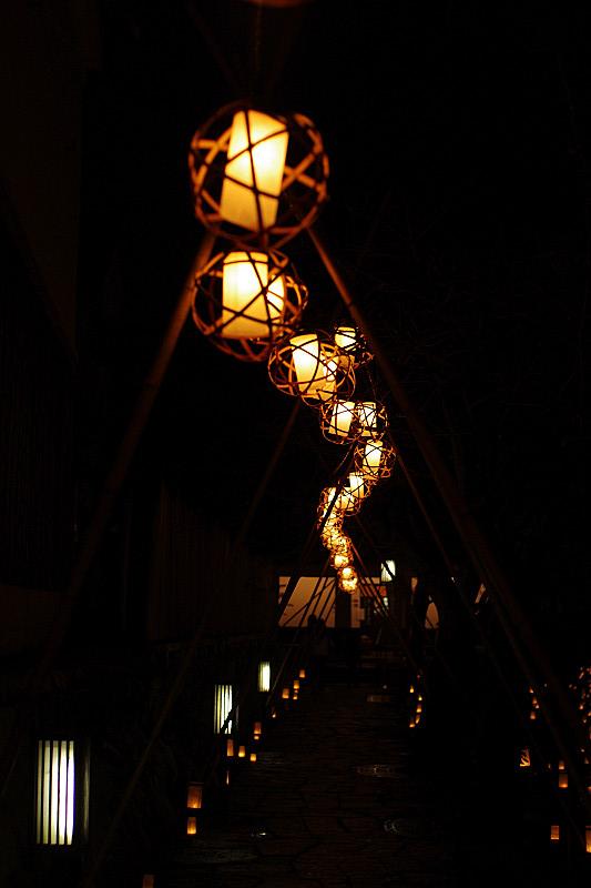 うねうねと籠の灯り