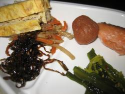 卵焼き、きんぴらゴボウ、鮭、昆布の佃煮、ワカメの茎サラダ、梅干し・・・などなど