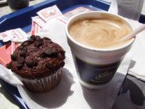 チョコレートマフィンとコーヒーのセット