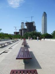 広場や遊歩道がある