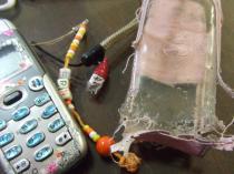 見事に壊された携帯グッズ