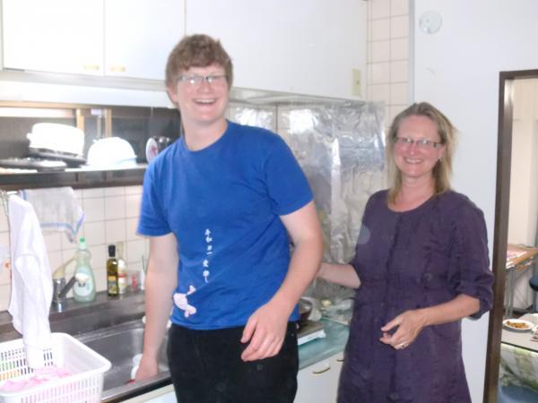 カウチサーフィン(イギリス、アメリカ、リン、コーマック)、キッチンにて