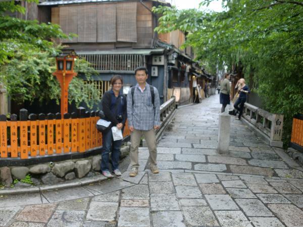 カウチサーフィン(シンガポール)、アリスと私。巽橋にて。