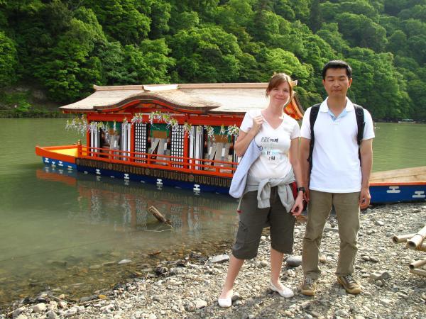 カウチサーフィン(シンガポール)、イヴェッタと私。嵐山の三船祭にて。