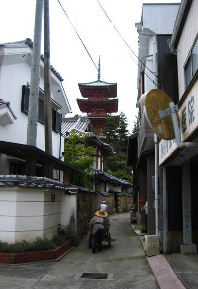 お寺と細道