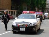 先導のパトロールカーや役員車