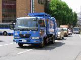 ゴミ収集車と役員車、殿のパトロールカー