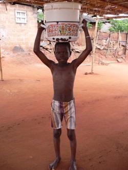 水を運ぶ少年