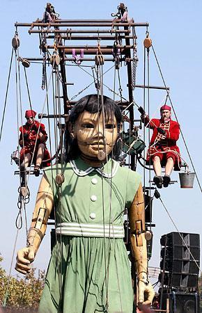巨大な木製操り人形