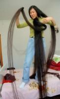 2007年4月29日、浙江省桐郷市で、噂の長髪女性・戴月琴(ダイ・ユエチン)さんが記者の取材を受けた。戴さんは1965年生まれの42歳。10歳から伸ばし続けているという髪は現在なんと4m30cmもある。