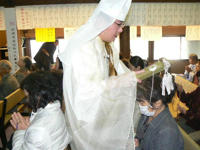 加持祈祷する住職