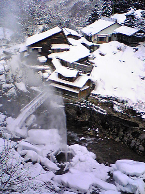 地獄谷温泉後楽館、目の前に温泉が吹き出ています。