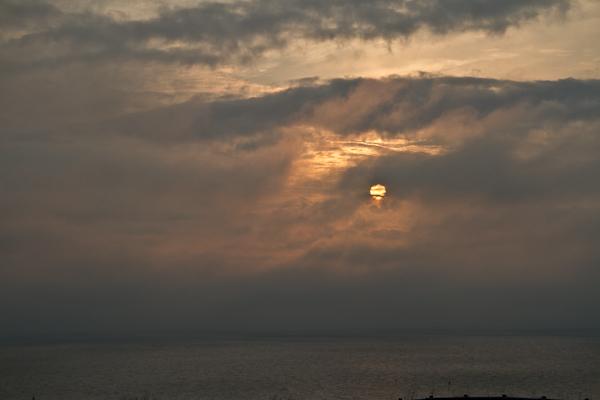 海霧に夕日