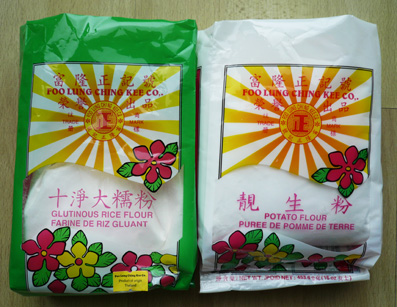 チャイニーズスーパーで売っているもち粉(左)と片栗粉(右)[1]