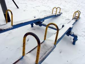 雪の中のシーソー