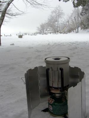 持参した器具に家から持参した水を入れ、お湯を沸かし