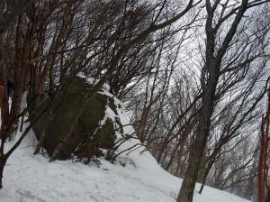 岩が沢山あるが、雪に埋もれているよ