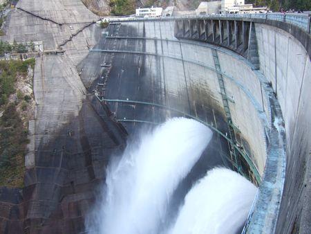 放水中の黒部ダム