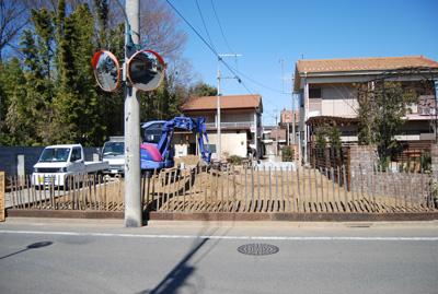 公道側から見た施工現場の全景