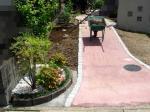 道路から見るアプローチと植栽