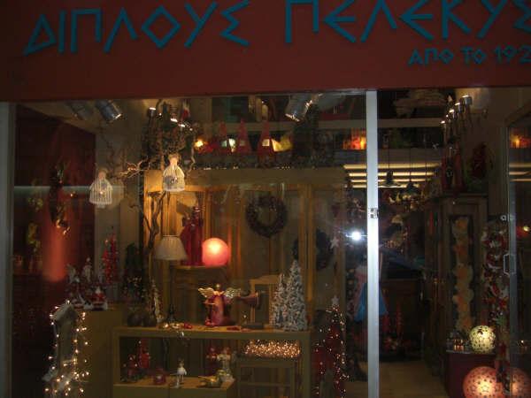 クリスマス用に飾られたお店のショーウィンドー