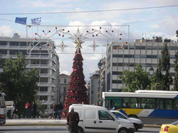 クリスマスツリーのあるシンタグマ広場の風景