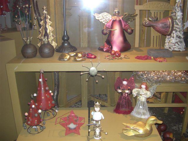 クリスマスの小物が飾られたショーウィンドウ