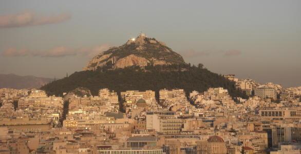 アテネの中心にあるリカベトスの丘を望む