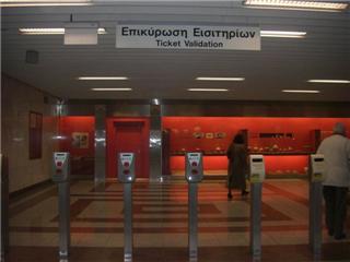 駅の改札口です。シンプルで、いい感じ。