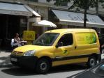 パリの郵便収集車