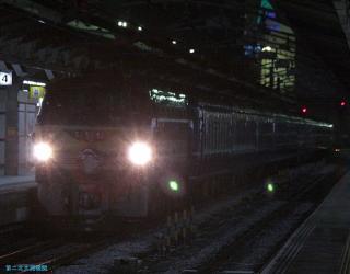 寝台特急富士はやぶさ 逆光のまま名古屋駅到着