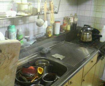 掃除途中の台所