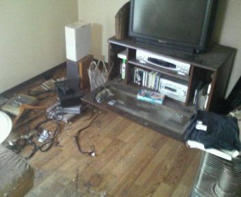 テレビ(掃除途中)