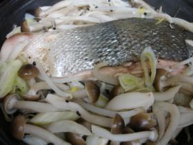 タジンで 蒸し魚と野菜
