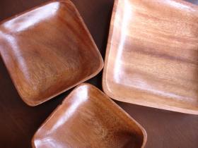 アカシアの皿たち
