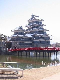 雪の松本城