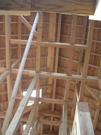 屋根裏を見上げる