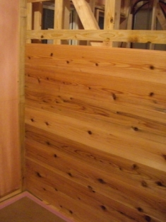杉板張りの壁