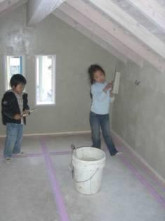 子供たち 壁塗り体験1