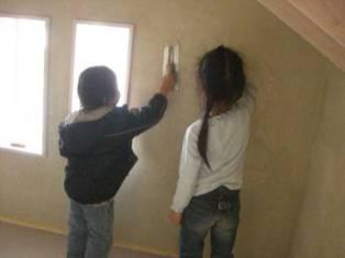 子供たち 壁塗り体験2