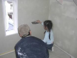 子供たち 壁塗り体験4