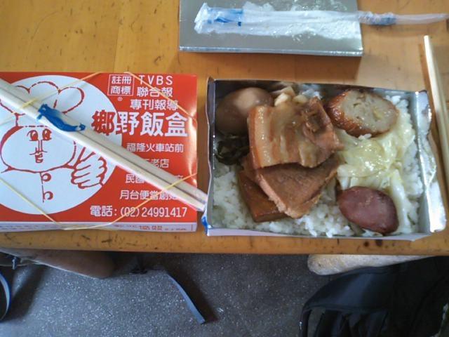 豚の角煮と煮玉子がご飯の上に乗っかってます