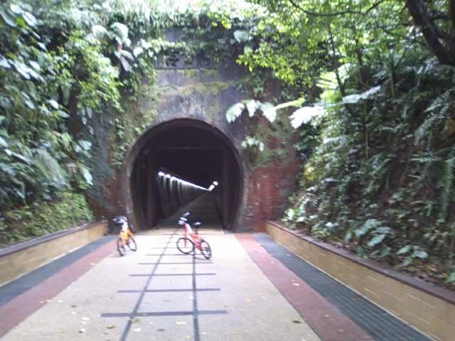 珍しい2kmも続く平坦な自転車専用トンネル