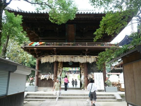 仁王門にかけられた大草履は、4年に一度掛け替えられる